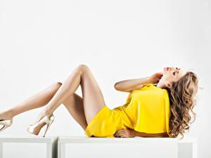 Фотографии Белый фон Шатенка Платье Ноги Туфли Красивые Девушки