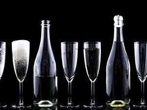 Картинки Шампанское Бокал Бутылка Черный фон Еда