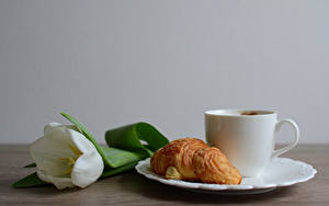 Фотографии Круассан Тюльпаны Тарелка Чашка Продукты питания