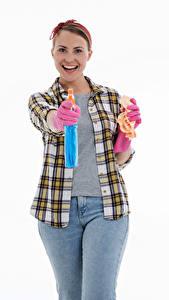 Фото Уборщица Улыбка Позирует Рубашка Джинсы Перчатках Белым фоном Девушки