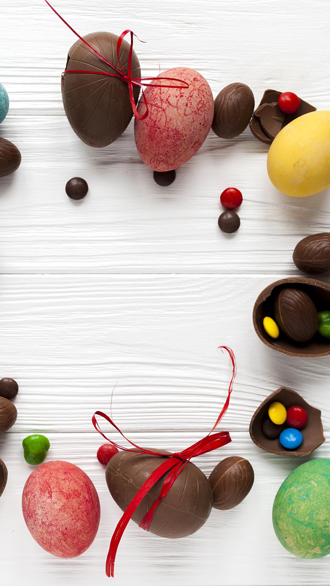 Картинка Пасха яйцо Шоколад Конфеты Еда Сладости Доски 1080x1920 для мобильного телефона яиц Яйца яйцами Пища Продукты питания сладкая еда