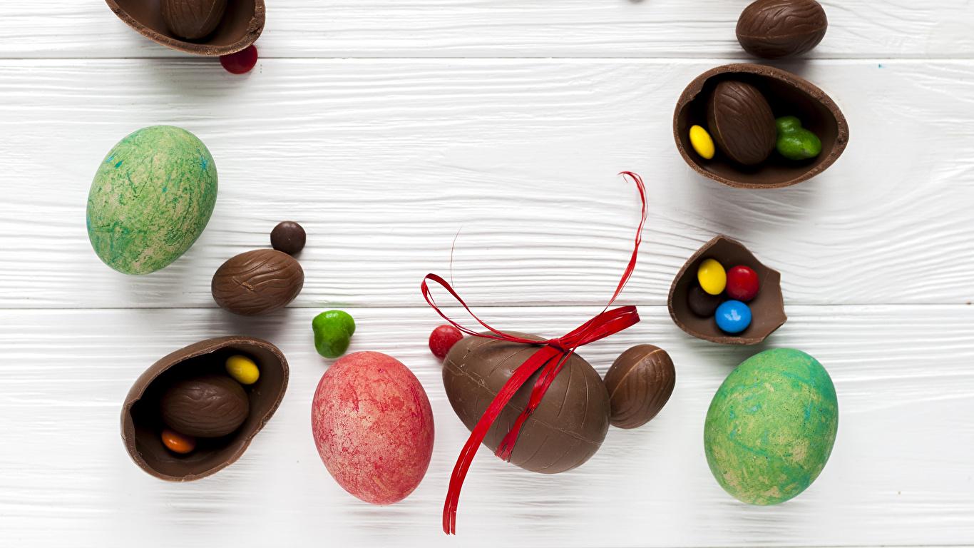 Картинка Пасха Яйца Шоколад Конфеты Пища Сладости Доски 1366x768 яиц яйцо яйцами Еда Продукты питания