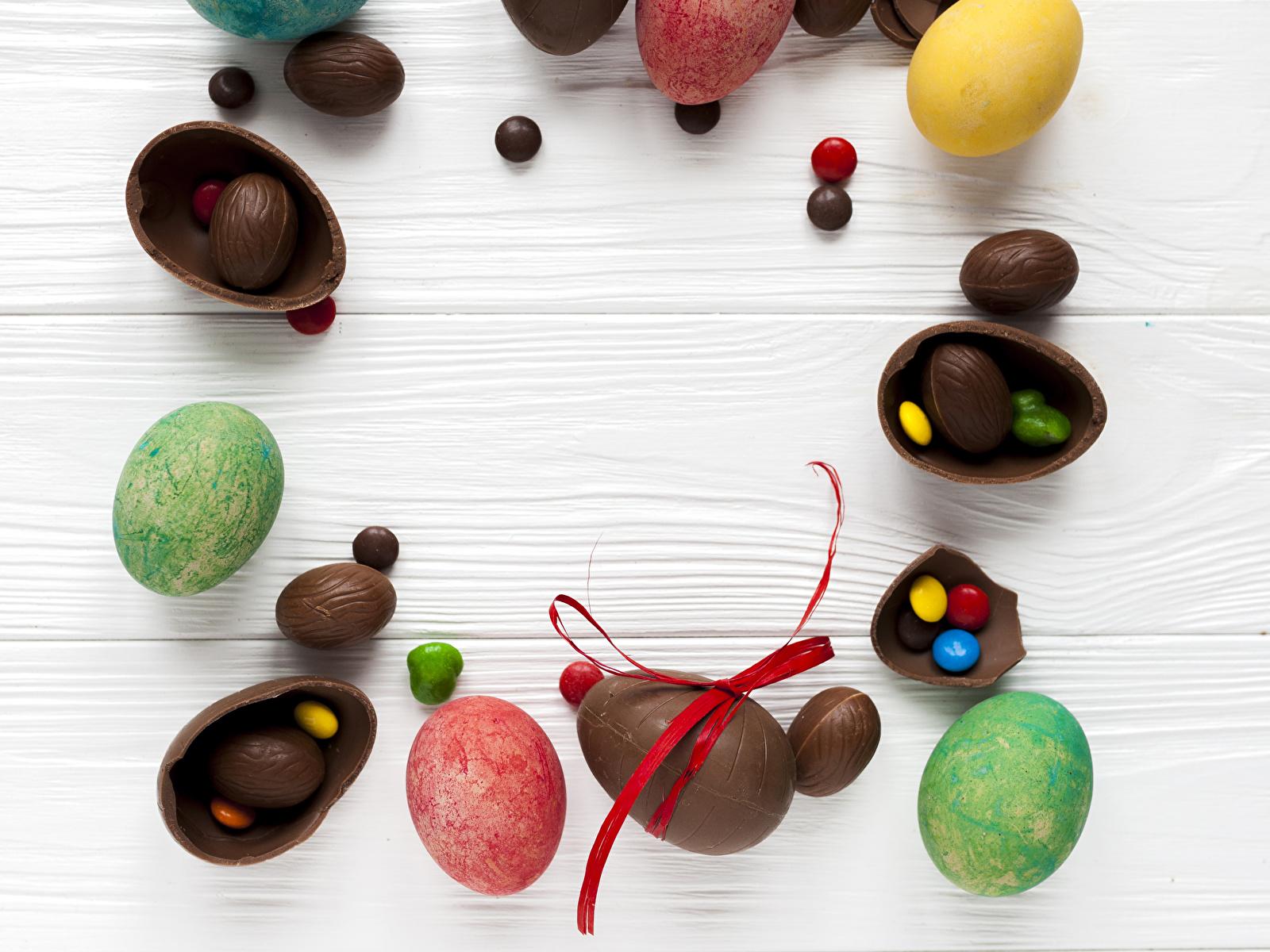 Картинка Пасха яйцо Шоколад Конфеты Еда Сладости Доски 1600x1200 яиц Яйца яйцами Пища Продукты питания сладкая еда