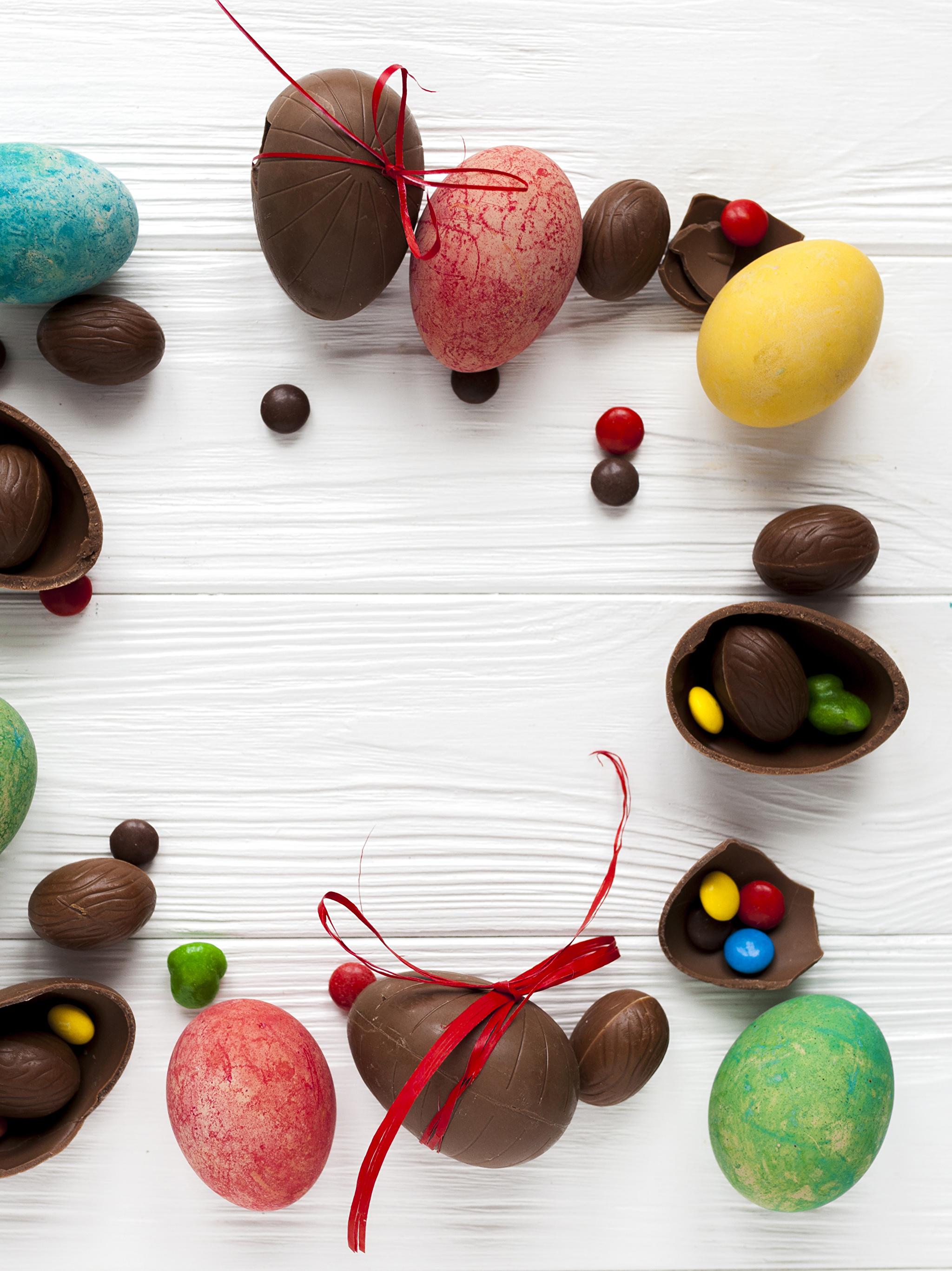 Картинка Пасха Яйца Шоколад Конфеты Еда Сладости Доски 2048x2732 Пища Продукты питания