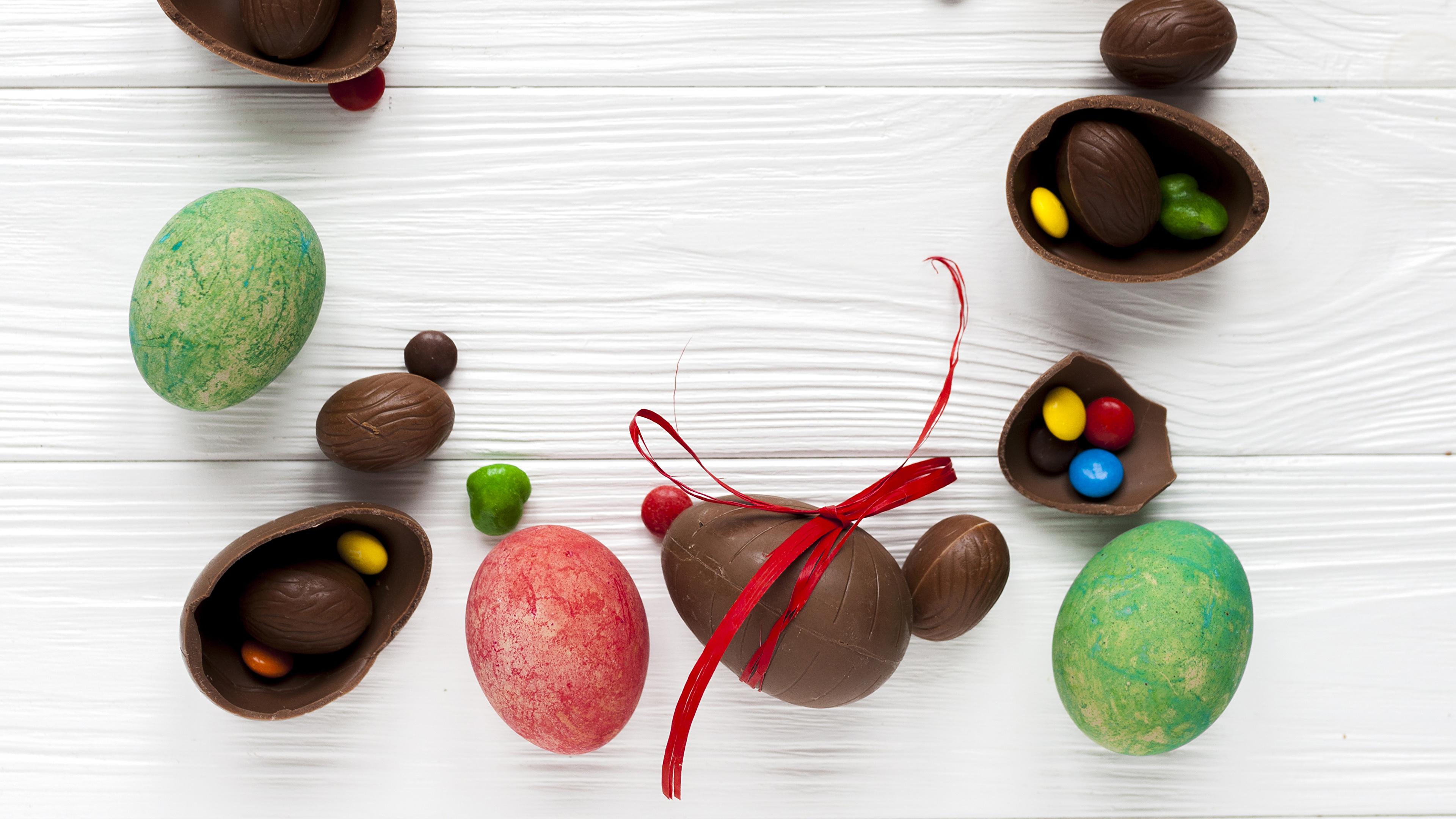 Картинка Пасха яйцо Шоколад Конфеты Еда Сладости Доски 3840x2160 яиц Яйца яйцами Пища Продукты питания сладкая еда