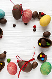 Картинка Пасха Шоколад Конфеты Сладости Доски Яйца Еда