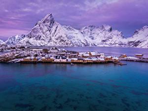 Фотография Норвегия Лофотенские острова Горы Дома Зима Пристань Заливы Снег город
