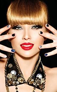 Фотография Пальцы Украшения Губы Рыжая Руки Маникюр Взгляд Красные губы Черный фон Девушки