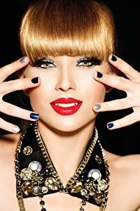Фотография Пальцы Украшения Губы Рыжих Руки Маникюра Взгляд Красные губы Черный фон девушка