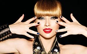 Фотография Пальцы Украшения Губы Рыжая Руки Маникюр Взгляд Красные губы Черный фон