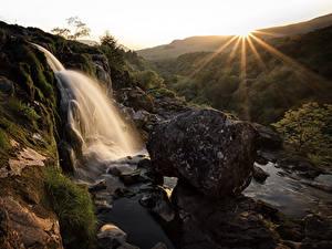 Фотография Шотландия Водопады Рассвет и закат Камень Скалы Лучи света