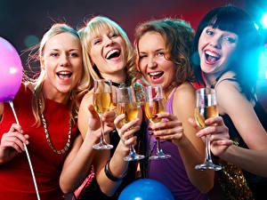 Картинка Праздники Украшения Воздушный шарик Смех Счастье Блондинка Бокалы Девушки