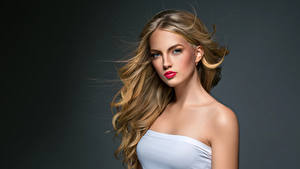 Картинки Серый фон Блондинка Волосы Смотрит Девушки
