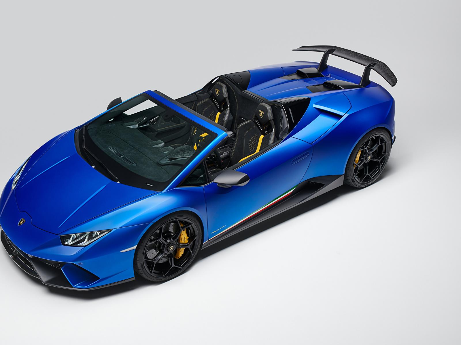 Обои для рабочего стола Ламборгини 2018 Huracan Perfomante Spyder Worldwide Родстер Синий автомобиль Серый фон 1600x1200 Lamborghini синих синие синяя авто машина машины Автомобили сером фоне