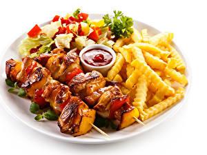 Фотография Мясные продукты Шашлык Картофель фри Белым фоном Тарелка Кетчупом Пища