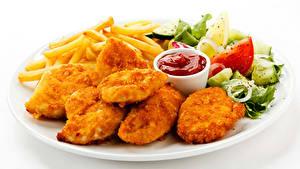 Фотография Вторые блюда Мясные продукты Овощи Картофель фри Фастфуд Белый фон Тарелка Кетчупа