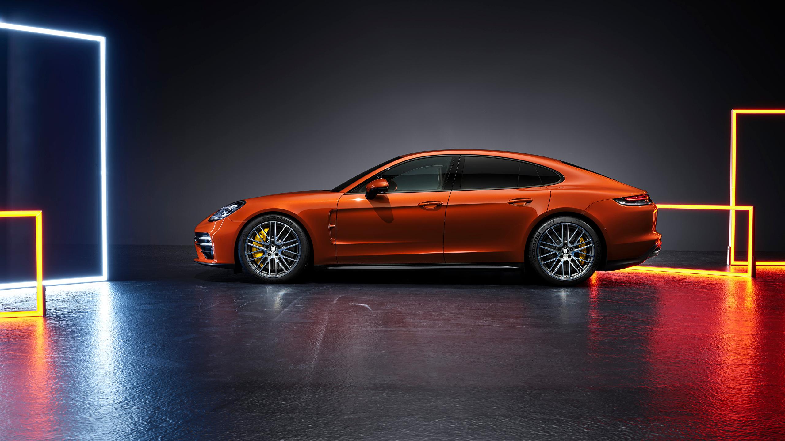 Фото Порше Panamera Turbo S (971), 2020 оранжевая Сбоку Металлик автомобиль 2560x1440 Porsche Оранжевый оранжевые оранжевых авто машины машина Автомобили