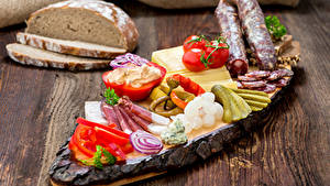 Картинка Хлеб Колбаса Огурцы Томаты Ветчина Перец Нарезанные продукты Еда