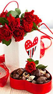 Картинка Розы Конфеты Шоколад Красный Коробки Сердца Цветы