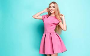 Обои Улыбка Миленькие Поза Платья Цветной фон Руки Взгляд молодые женщины