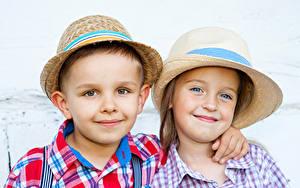 Обои 2 Мальчишки Девочки Улыбается Шляпа Взгляд ребёнок