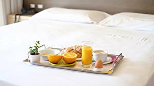 Картинки Сок Апельсин Завтрак Стакана Чашке Яйцами Кровать Пища