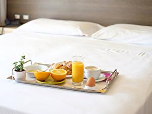 Картинки Сок Апельсин Завтрак Стакан Чашка Яйца Кровать