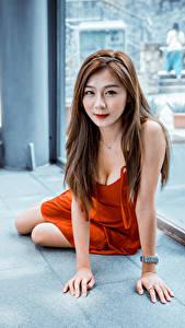 Картинки Азиатки Сидящие Платья Вырез на платье Шатенки Смотрит девушка