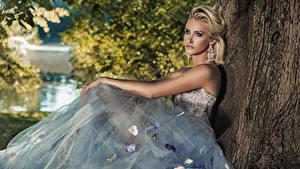 Картинка Блондинка Платье Сидящие Смотрит Серьги