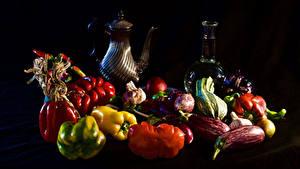 Фотографии Натюрморт Овощи Перец овощной Томаты Черный фон Кувшины Бутылка Продукты питания
