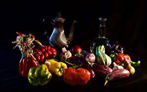 Фотографии Натюрморт Овощи Перец Томаты Черный фон Кувшин Бутылка Продукты питания