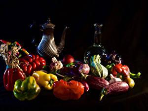 Фотографии Натюрморт Овощи Перец Томаты Черный фон Кувшины Бутылка Продукты питания