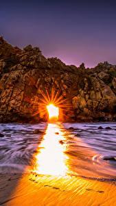 Обои США Берег Рассветы и закаты Калифорния Утес Лучи света Pfeiffer Beach Big Sur Природа