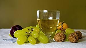 Фотографии Виноград Орехи Вино Натюрморт Грецкий орех Продукты питания