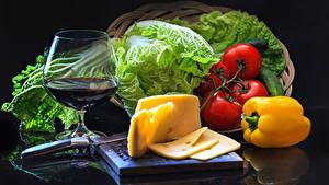 Картинка Натюрморт Овощи Сыры Вино Перец Помидоры Черный фон Бокалы Еда