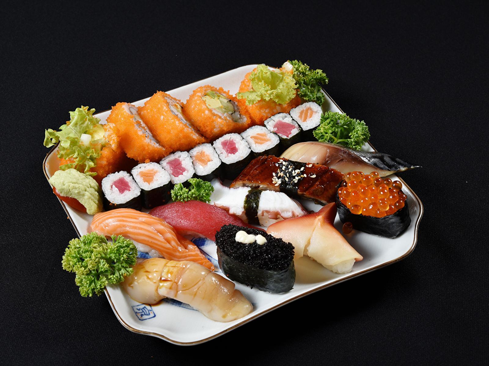 Картинки Рыба суси Продукты питания Морепродукты на черном фоне 1600x1200 Суши Еда Пища Черный фон