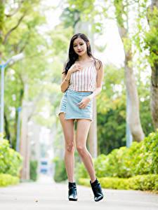 Картинка Азиатки Боке Ноги Юбка Майке Взгляд молодая женщина