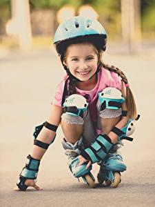 Фотографии Девочки Улыбка Роликовые коньки Шлем Смотрит Ребёнок