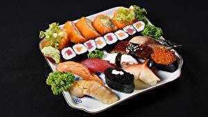 Картинки Морепродукты Суси Рыба Черный фон Пища
