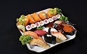 Картинки Морепродукты Суси Рыба На черном фоне Пища