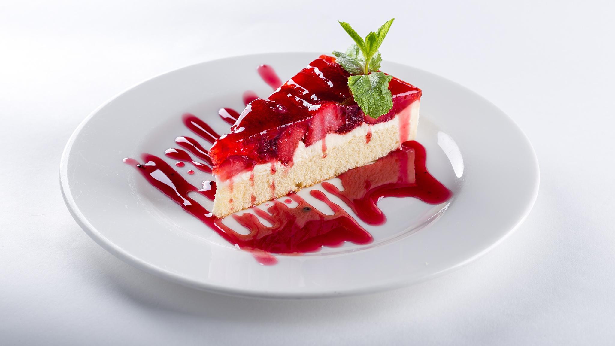 Фото Торты часть Пища Тарелка Белый фон 2048x1152 Кусок Еда Продукты питания