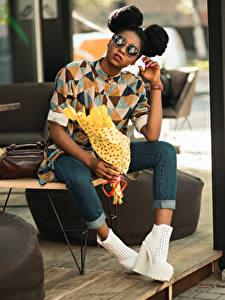Картинки Букет Негр Причёска Очках Сидящие Руки Ноги Джинсы Туфель молодая женщина