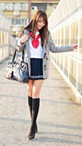 Фотографии Сумка Азиатка Ноги Юбка Блузка Пальто Шатенки Милые Школьницы молодые женщины