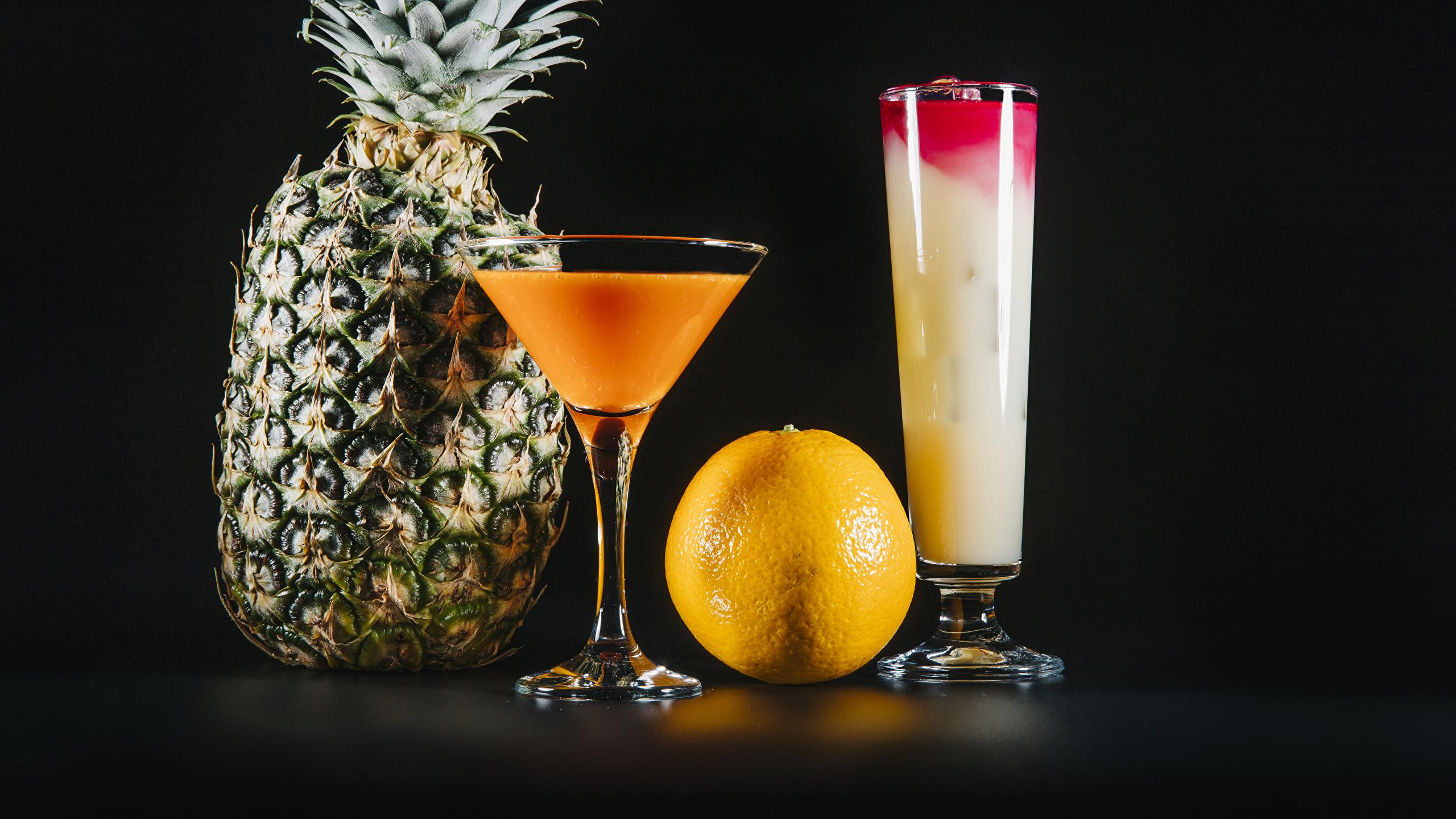 Фотография две Апельсин стакана Ананасы Еда бокал Коктейль на черном фоне 2560x1440 2 два Двое вдвоем Стакан стакане Пища Бокалы Продукты питания Черный фон