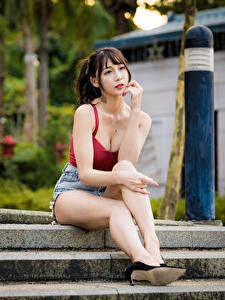 Обои Азиатка Боке Сидит Ноги Шорты Майке Взгляд Девушки