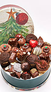 Обои для рабочего стола Рождество Сладости Конфеты Шоколад Белом фоне Новогодняя ёлка Пища