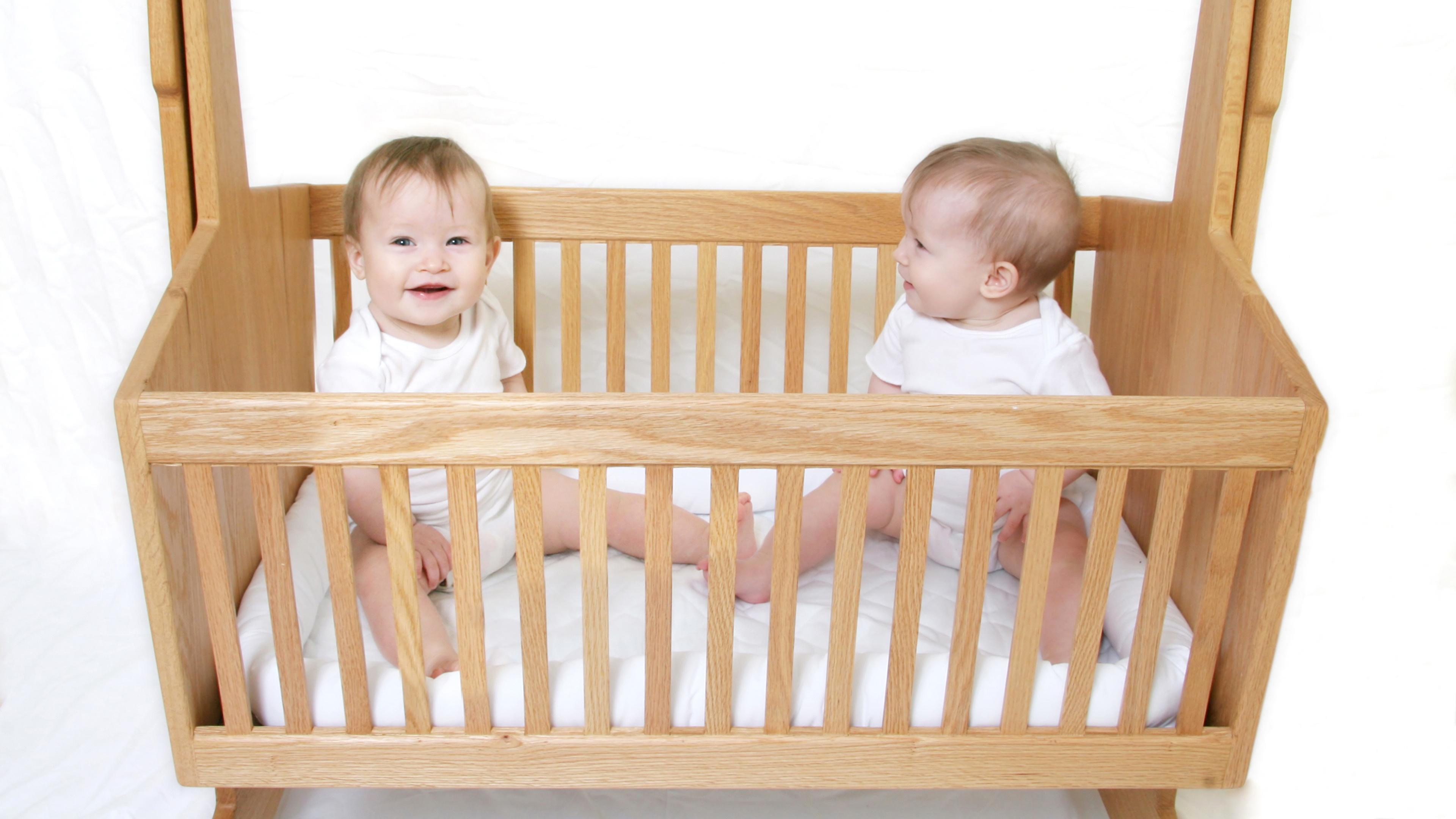 Обои для рабочего стола Младенцы Дети две кровати из дерева белом фоне 3840x2160 младенца младенец грудной ребёнок ребёнок 2 два Двое вдвоем Кровать кровате Деревянный Белый фон белым фоном