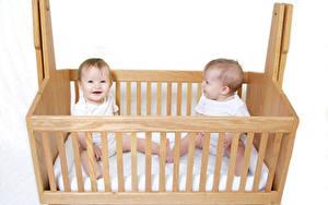 Обои Белом фоне Кровати Младенцы Две Из дерева Дети