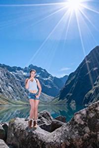 Картинки Гора Камни Озеро Утес Лучи света Девушки
