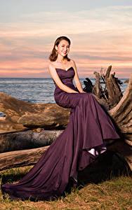 Фото Азиатки Платья Сидящие Улыбается Смотрит девушка